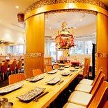 神輿をあしらった内装が特徴の鉄板神社ですが、テーブル席の上にどんと御座す神輿は、千日前店のみの大迫力!