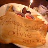 誕生日などのサプライズには、メッセージプレート付特製デザート