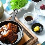 てりてりの角煮は食べるとホロリと崩れて絶品。