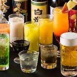 ドリンクは100種以上と種類豊富。お酒に合うおつまみも多彩