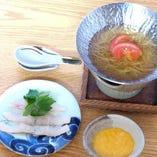 【台の物】鱧トマトすき鍋、玉ねぎ、三葉、笹がき牛蒡、黄身とろろ