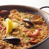 スペインで定番のパエリアは鯛から出汁をとって作るこだわりです