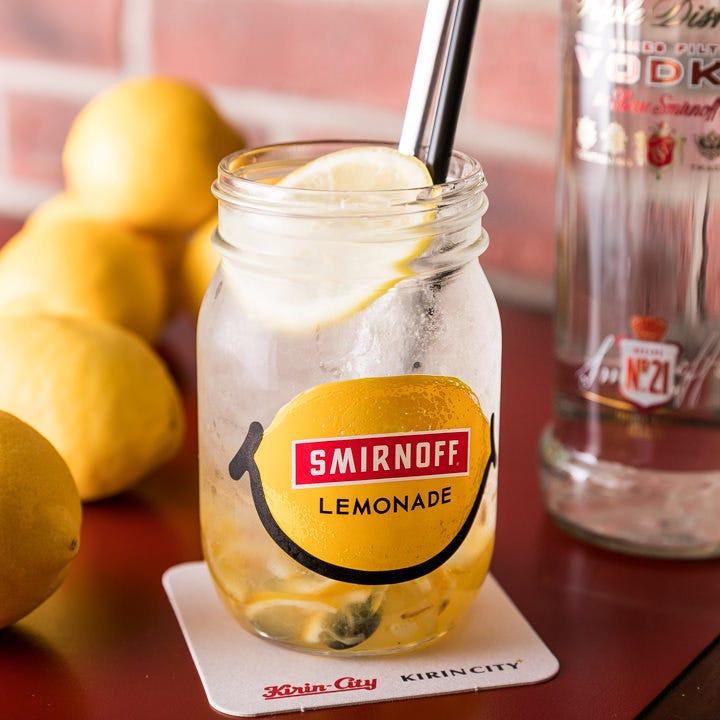 スミノフに、ソーダとフルーツシロップを合わせ作る『スミソー』