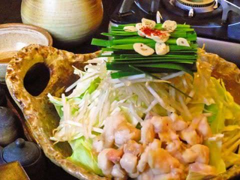 土鍋で召し上がるもつ鍋は格別です。つぼ吉でしか味わえません。