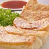 ☆当店自慢の焼き餃子☆ 一度食べたら忘れられない味です!