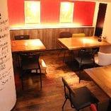 落ち着いた木目のテーブルでカラフルな椅子と一緒に食事★★
