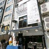 当店は日本指折りの有名スポット道頓堀、川の流れを眺められるとんぼりリバーウォーク沿いにございます