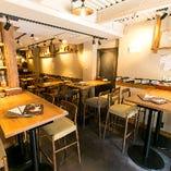 1Fフロアは、テーブルや床など随所に木をあしらい、温かい雰囲気に満ちた大人のセンスを感じる空間です