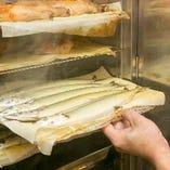厳選した肉・魚・野菜をはじめ、チーズなど加工品も自家燻製することで、オリジナリティーあふれる絶品に!