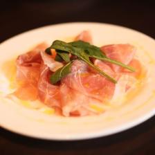 《前菜3種・魚介パスタ&肉料理にデザート付コース》スパークリング含む飲み放題付 5品 4,950円