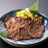 仙台名物の牛タンは、ボリューミーでジューシーな美味しさ