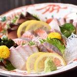 料理長の目利きで仕入れた瀬戸内産の新鮮魚介は『刺身盛り』で