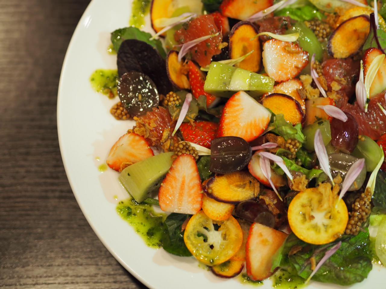 季節のフルーツたっぷりサラダ