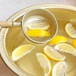 新しい桶で新登場!名物『桶レモンサワー』