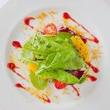 愛媛県産鯛のカルパッチョ オレンジとルッコラのサラダ仕立て(アニバーサリーコース)