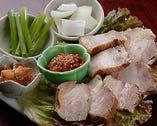 お肉の甘みと旨みを野菜で包んでコチュジャンと一緒にどうぞ