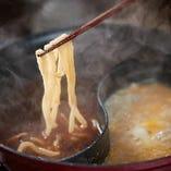 〆のうどんで旨味が凝縮されたスープを味わい尽くす