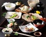 季節の博多の食材を中心に、季節の特に美味しい時期にお客様に食して頂けるように、毎日市場にスタッフが出向き、新鮮な食材でお料理をお作りいたしております。