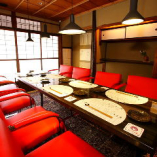 赤いチェアを配した VIPルーム風個室です。