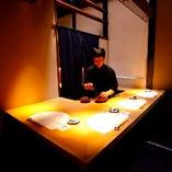 料理人が目の前で。 カウンターなのに個室という嬉しいお席。