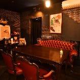 豪華なアンティーク家具が印象的なテーブル席