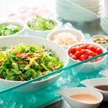 加賀の旬を楽しめるサラダコーナーも充実