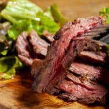 様々な部位のステーキを提供