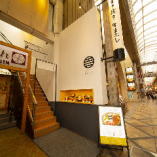 近鉄奈良駅より徒歩1分。東向商店街の一角に佇む。
