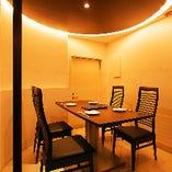 テーブル半個室は最大6名様までご利用いただけます。周りを気にせずお寛ぎください。