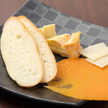 ワインとベストマッチのフレッシュチーズを盛合わせでお出しします。