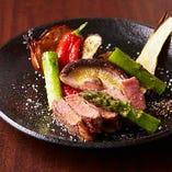 肉も野菜も素材の旨みを引き出す備長炭の炭火の美味しさを活かすため、シンプルな味付けでお出ししています。