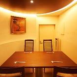 天井も高く開放感のある半個室席です。