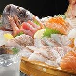 《特典1》 豪華で盛り上がる♪新鮮魚介たっぷり「鯛姿造り舟盛り」をプレゼント!