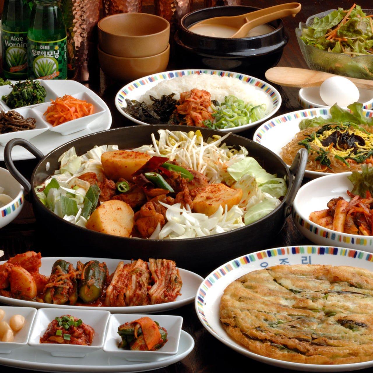 温かい鍋料理に沢山の韓国料理 とっても満足頂るコース構成です