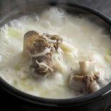 牛骨をじっくり煮込んだ辛くない、コムタンスープ。