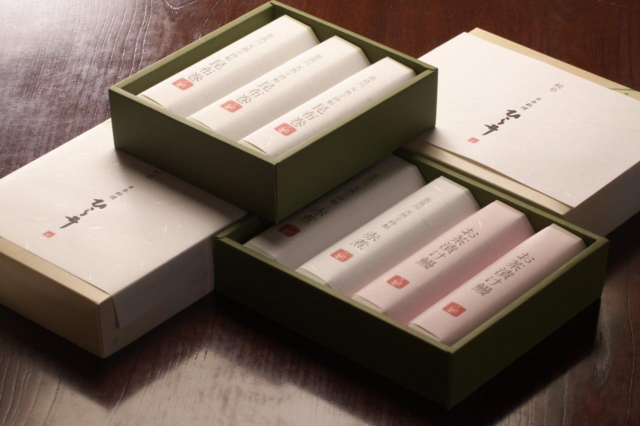 ひら井の贈答品は、綺麗に化粧箱にお入れしてご送付致します。