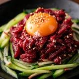 特製甘ダレとトロ~リ卵黄をよく絡めて食べる「桜ユッケ」