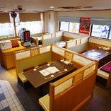 カウンター席6席 テーブル席×5席 掘りごたつ席×6