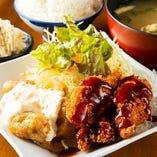 【ミックス定食】 チキン南蛮とせせりかつを一度に味わえる!