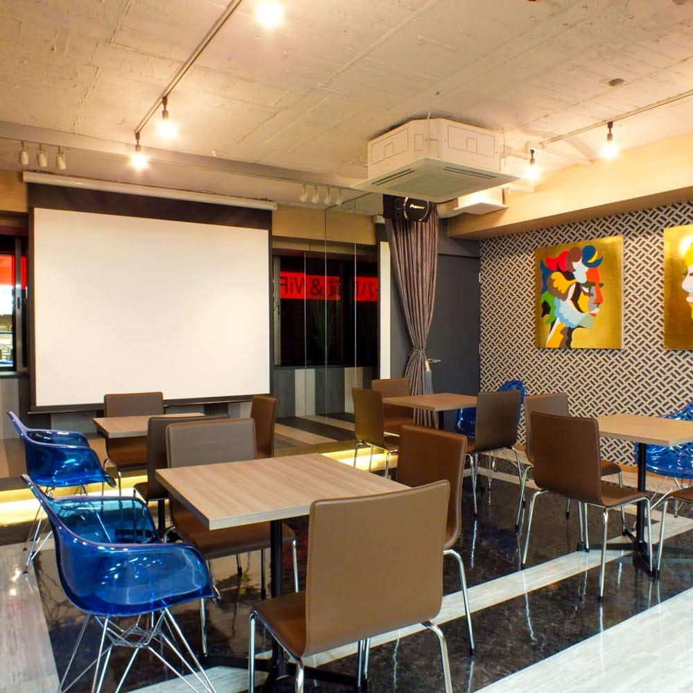 2m×4mのステージはプレゼン、スピーチ、余興等多彩にご利用可能