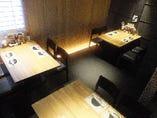 【2F】テーブル席(禁煙席)  モダンな雰囲気のお席、9名様以上で禁煙席貸切可能♪