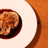 大麦と木の子のガーリック ライスを巻いた大山鶏のロ ースト山椒の香り マデラソース