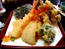 板前さんが目の前で天ぷらを揚げる