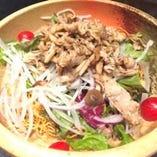 ペッパーポークのパリパリ麺サラダ
