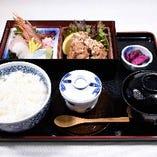 刺身・唐揚定食960円茶碗蒸し、お椀、香の物付き