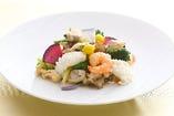 海鮮と彩野菜の塩味炒め