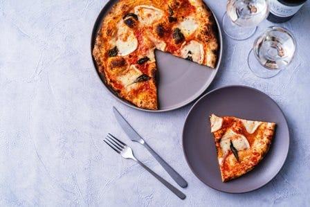 ピザ釜で焼きたてピザをテイクアウト