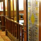 個室の扉はアンティーク調のステンドグラス