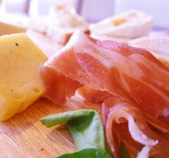 生ハムやサラミとチーズの盛り合わせ