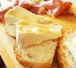 『切りたて生ハム』とチーズ盛り合わせ